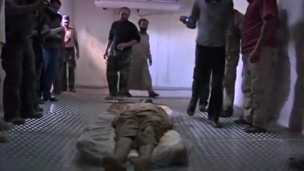 冷凍庫に保管されているカダフィ大佐の遺体