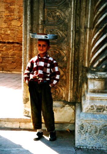 トルコ、パンを売る少年。