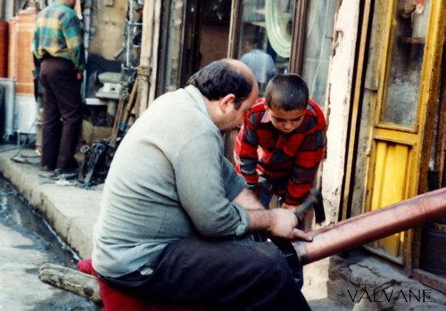 トルコ、父親に仕事を教わる少年。