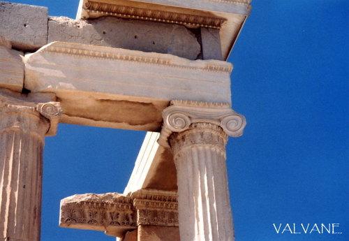 ギリシャ、青空に映えるアクロポリスの神殿。
