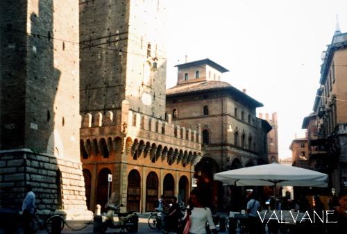 イタリア、ボローニャの斜塔の広場