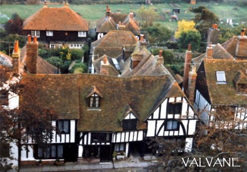 イギリス、秋色に色付くチラム村