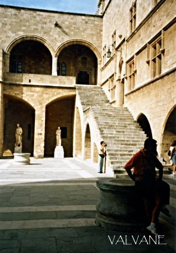 ギリシャ、騎士団長の館、中庭にて