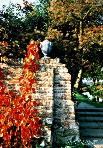 イギリス、赤く色付いたシシングハースト・キャッスルの庭