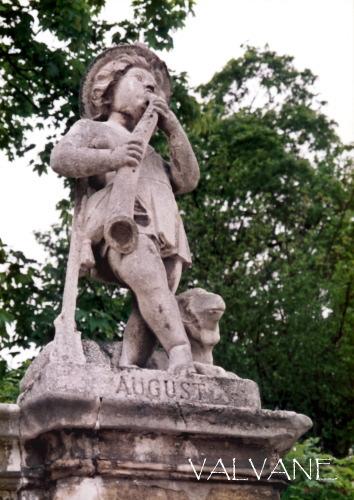 オーストリア、8月の少年像