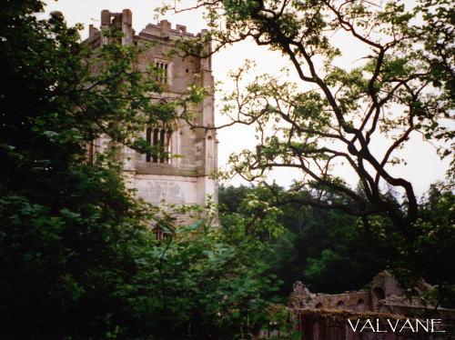 イギリス、緑のファウンティンズ修道院遺跡