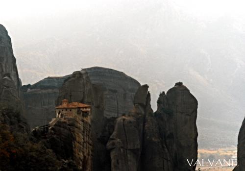 ギリシャ、奇岩に囲まれたルサヌー修道院