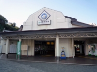小さいながらも白を貴重とした清楚な駅舎