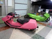 近未来的なバイクとクルマ