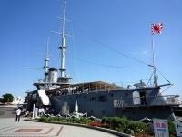 東郷平八郎像と戦艦「三笠」