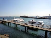 「猿島」と渡船の桟橋