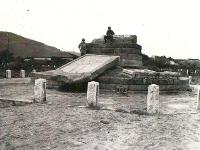倒された状態のペリー上陸記念碑