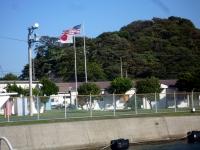 日米管理下の燃料庫地帯の両国の国旗