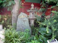 八五郎の碑と野村胡堂旧宅灯篭