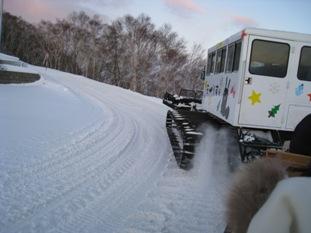 雪けむりを上げて走る雪上車