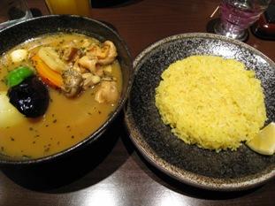 ご飯は五穀米のサフラン(ターメリック?)ライス