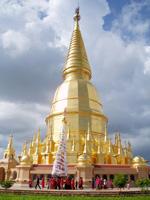 仏塔を3周する