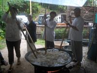 大鍋で煮る