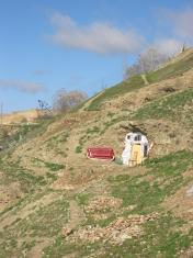 赤いソファが丘の上にいきなり。