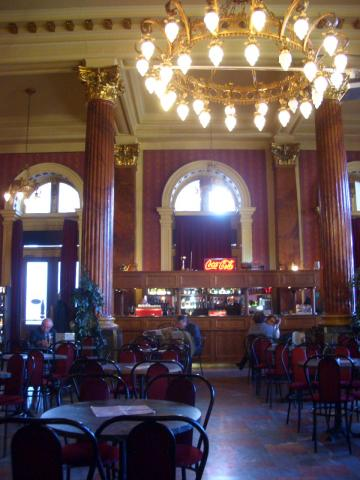 ブダペスト駅のカフェ。クラシックな雰囲気