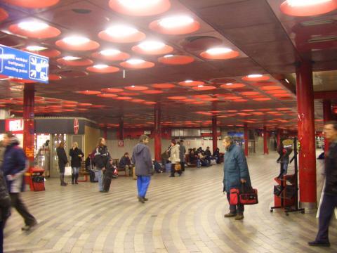 赤くてかっこいい駅