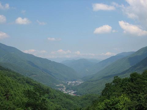 鳥居峠から奈良井方面を望む