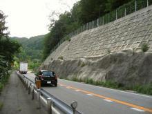 山吹山の麓を行く国道