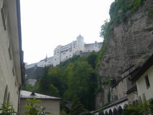 ザルツブルグ~ザンクト・ペーター教会からホーエンザルツブルグ城を望む