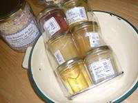 ハチミツ屋さんのハチミツとクリーム色のホーロー皿