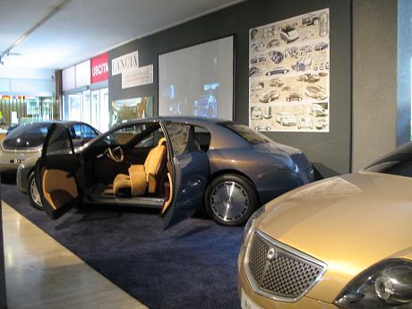 自動車博物館1階