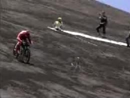 雪山を滑走してマウンテンバイクの速度世界記録を更新