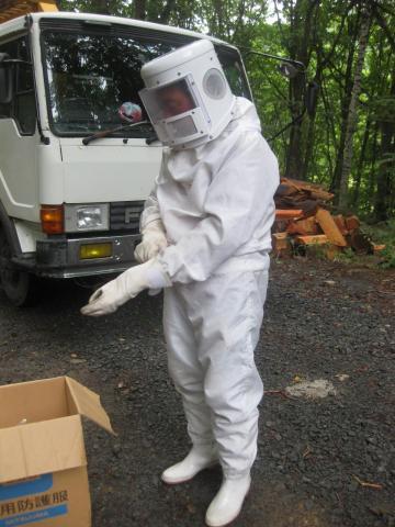 ハチ防護服姿89