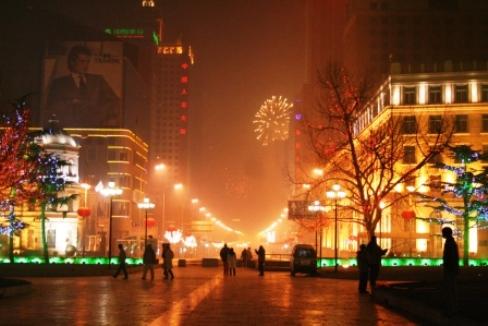 高級ホテルやオフィスビルが立ち並ぶビジネス街 【人民路】のイルミネーションは日本と比べても負けてないでしょ!?