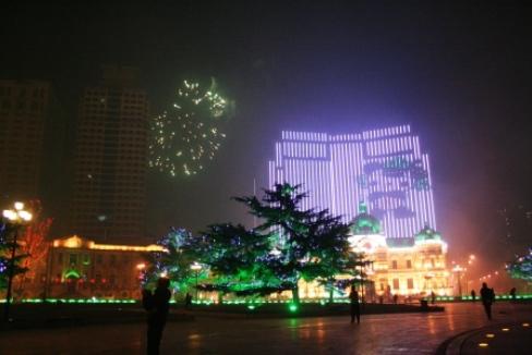 中國銀行のバックには、五輪のキャラクターが新年を祝ってました。