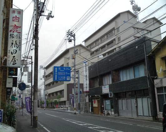 福田屋旅館と市役所