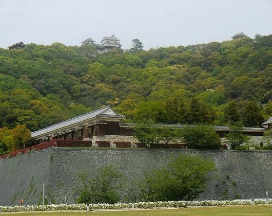 松山城勝山を望む