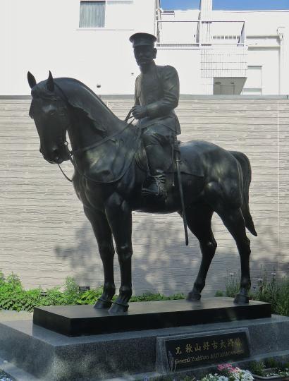 秋山好古騎馬像