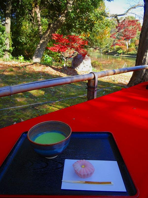 六義園抹茶と紅葉