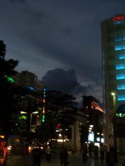 夕暮れ時、街で。