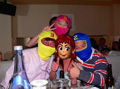 写真キャプション=今年の年末に暗躍した「シマシマブルー、イエロー、ピンク」の覆面3人組