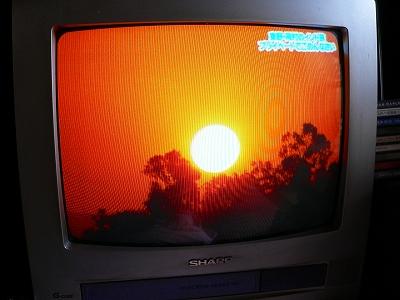 """写真キャプション=わが第2の故郷、バラナシのガンガ対岸に昇る""""朝日"""""""