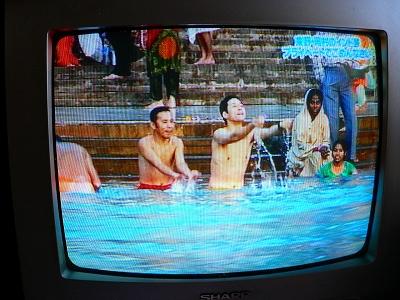 写真キャプション=ガンガで震えながら沐浴する東野と岡村