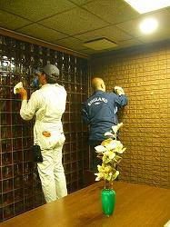 写真キャプション=「エコキメラⅡ」の吹き付け前に、壁面の汚れを丁寧に拭き取る