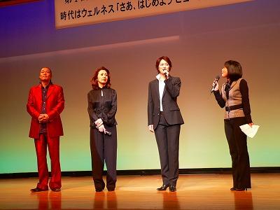 写真キャプション=ステージ上で談笑する出演者。左からAKIRA氏、安奈淳さん、蘭寿とむさん