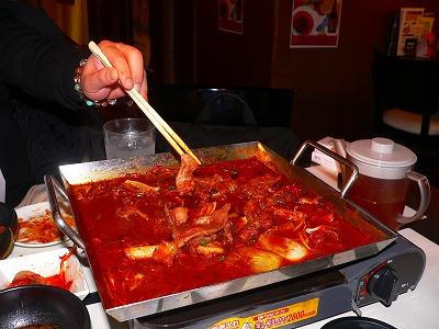 """写真キャプション=梅田で""""猪八戒""""と食べたモツ鍋。決して""""シマチョウ鍋""""ではない"""