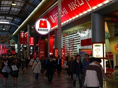 写真キャプション=千日前の地域1番店として君臨する「マルハン ツインパークなんば」(1072台)