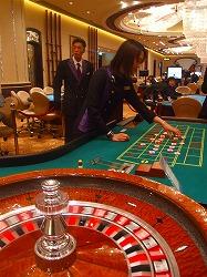 写真キャプション=カジノ施設には107台のカジノテーブルが設置されている