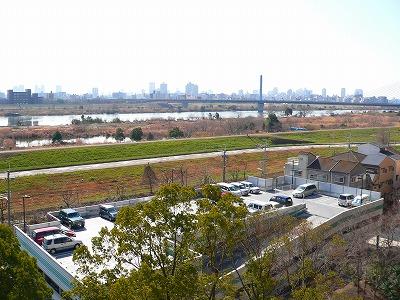 写真キャプション=通常の状態で撮影した淀川沿岸から梅田を望んだ風景