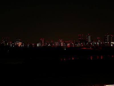 写真キャプション=淀川の向こうで光を瞬かせる梅田のビル群