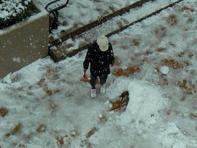 写真キャプション=大人にとっては迷惑な雪も子供にとってはこの上ないオモチャ・・この感性は忘れてはいけないものかも